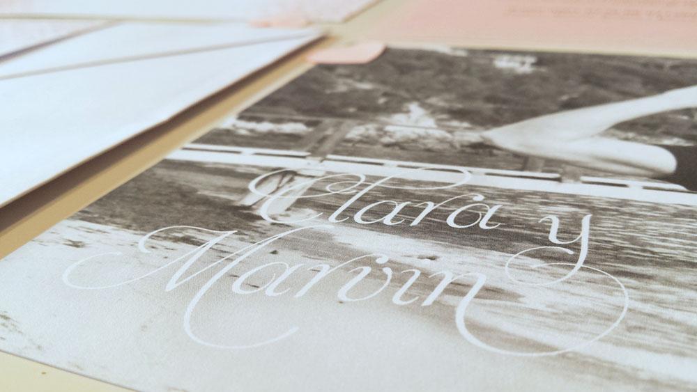 invitacion de boda much pink con foto, elegante, tonos rosas, sello seco y fajín