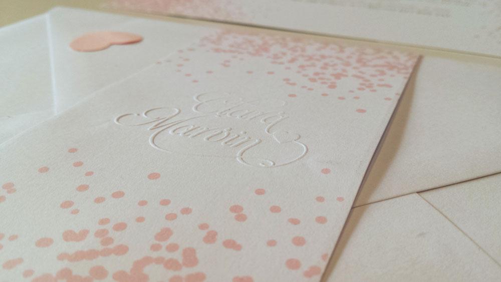 invitacion de boda much pink con foto con fajín y sello en seco con relieve